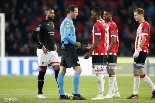 Jafar Arias of FC Emmen referee Bas Nijhuis Pablo Rosario of PSV Denzel Dumfries of PSV Daniel Schwaab of PSV during the Dutch Eredivisie match...