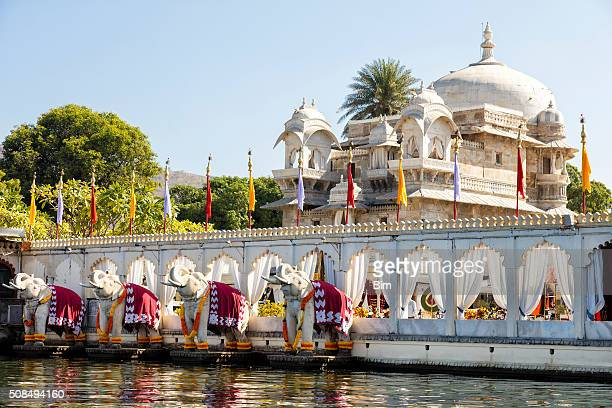 jag mandir palace, lake pichola, udaipur in rajasthan, india - udaipur stock pictures, royalty-free photos & images