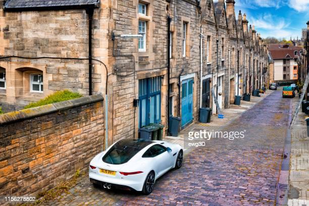 jaguar f-type s sulla strada del centro storico di edimburgo, scozia, regno unito - jaguar foto e immagini stock