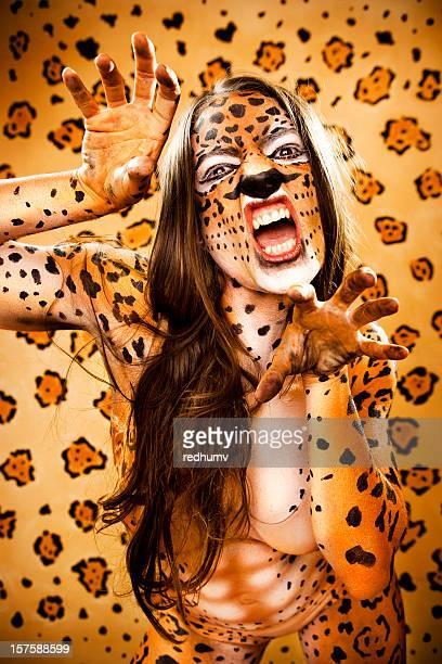jaguar mujer en el prowl - body paint fotografías e imágenes de stock