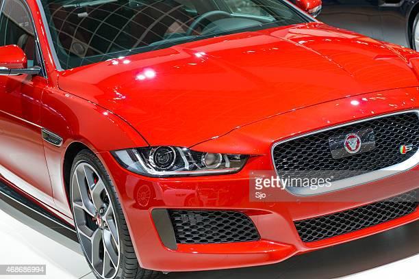jaguar xe ワイザーサルーン車の正面のクローズアップ - ジャガー車 ストックフォトと画像