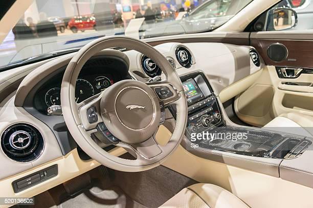 jaguar xj berlina di lusso interno di automobile - jaguar foto e immagini stock