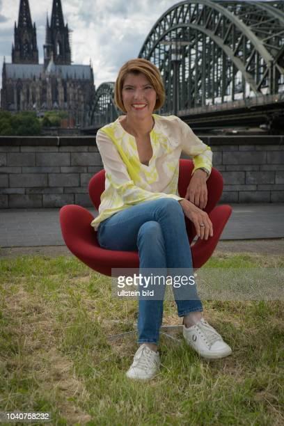 10 Jahre Kölner Treff mit Bettina Böttinger Die deutsche Fernsehmoderatorin und Produzentin beim Fototermin in Köln an der Hohenzollernbrücke...