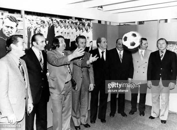 20 Jahre nach dem Triumph von Bern feiern die FußballWeltmeister von 1954 Fritz Walter Horst Eckel Helmut Rahn Ottmar Walter Werner Liebrich Werner...