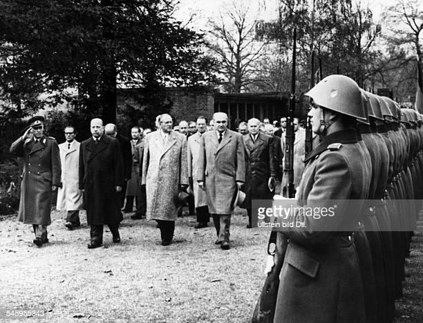 8 Jahrestag der DDRKranzniederlegung an der Gedenkstättein FriedrichsfeldeVl während des Abschreitens einerEhrenformation der Nationalen Volksarmee...