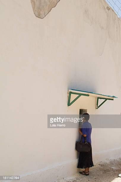 jail window - krujë stockfoto's en -beelden
