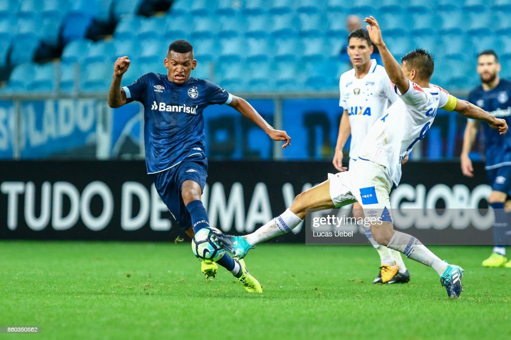 Jailson of Gremio battles for the ball against Henrique of Cruzeiro during the match Gremio v Cruzeiro as part of Brasileirao Series A 2017, at Arena do Gremio on October 11, 2017, in Porto Alegre, Brazil.