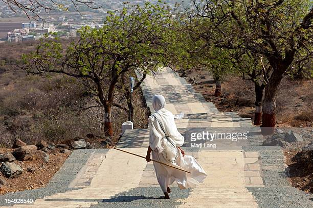 jain sadhvi running down shatrunjaya hill - palitana stock photos and pictures