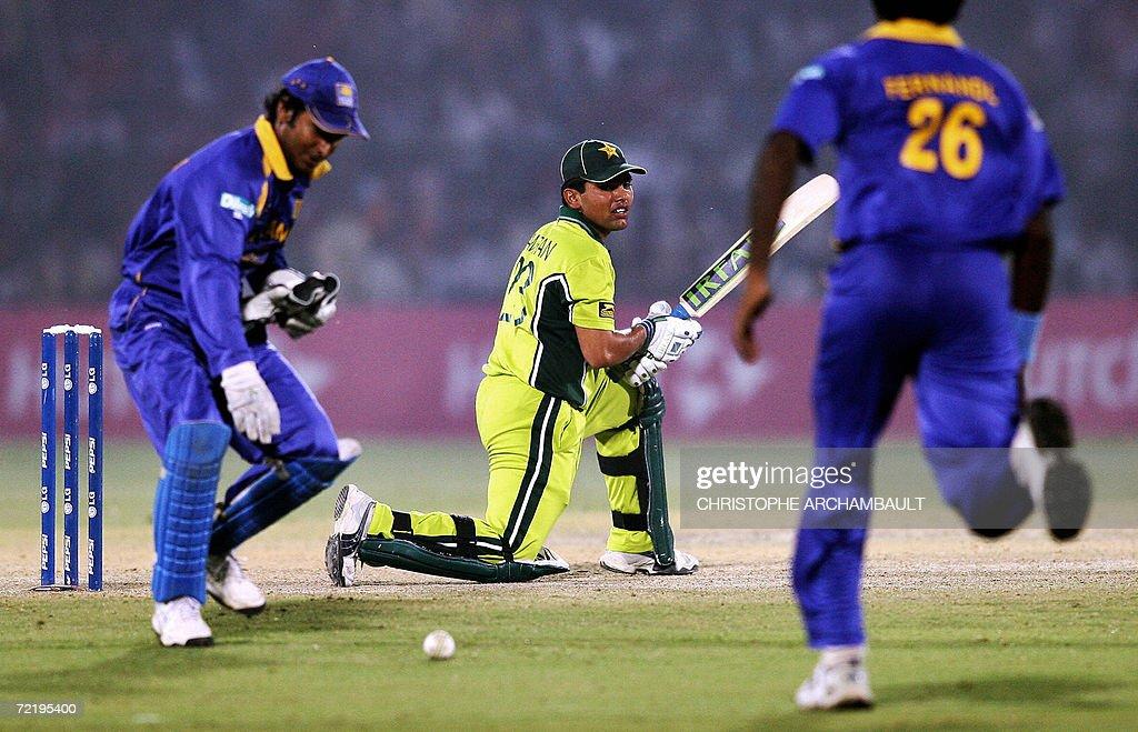 Pakistani cricketer Kamran Akmal (C) wat : News Photo