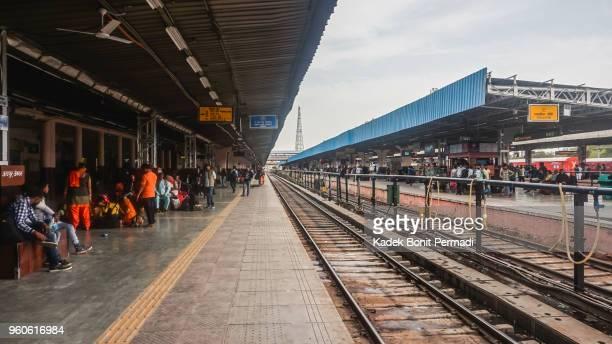 jaipur train station - trasporto ferroviario foto e immagini stock