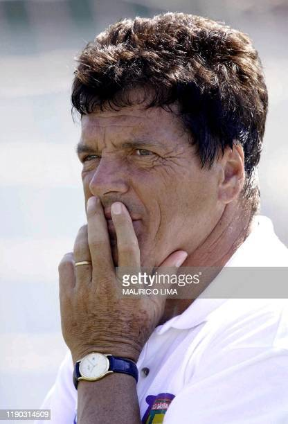 Jair Picerni coach of Sao Caetano soccer team watches his team train in Sao Caetano del Sur near Sao Paulo 17 January 2001 Jair Picerni director...