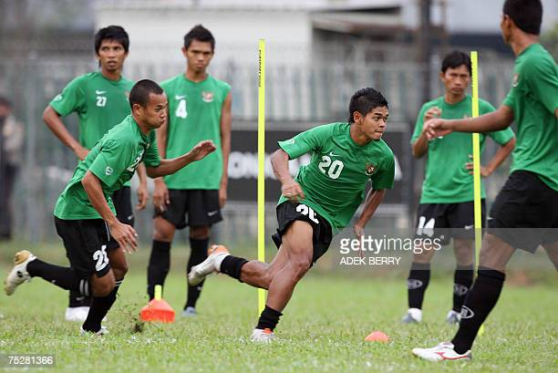 Indonesian national football team player Bambang Pamungkas runs with teammates during a training session in Jakarta 09 July 2007 Host Indonesia will...