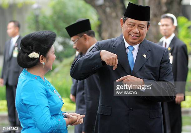 Indonesian President Susilo Bambang Yudhoyono shares a light moment with First Lady Kristiani as they wait to greet the 13th King of Malaysia Sultan...