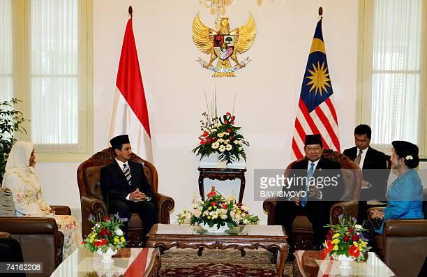The thirteenth King of Malaysia Sultan Mizan Zainal Abidin listens to Indonesian President Susilo Bambang Yudhoyono as Queen Nur Zahirah and...