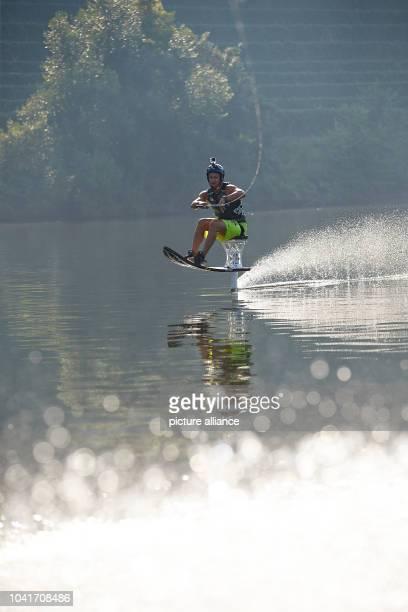 Jake Bradley nimmt am auf der Mosel bei Koblenz an der Hydrofoil European Challenge teil. Hydrofoiler lassen sich von einem Boot im Sitzen durch das...
