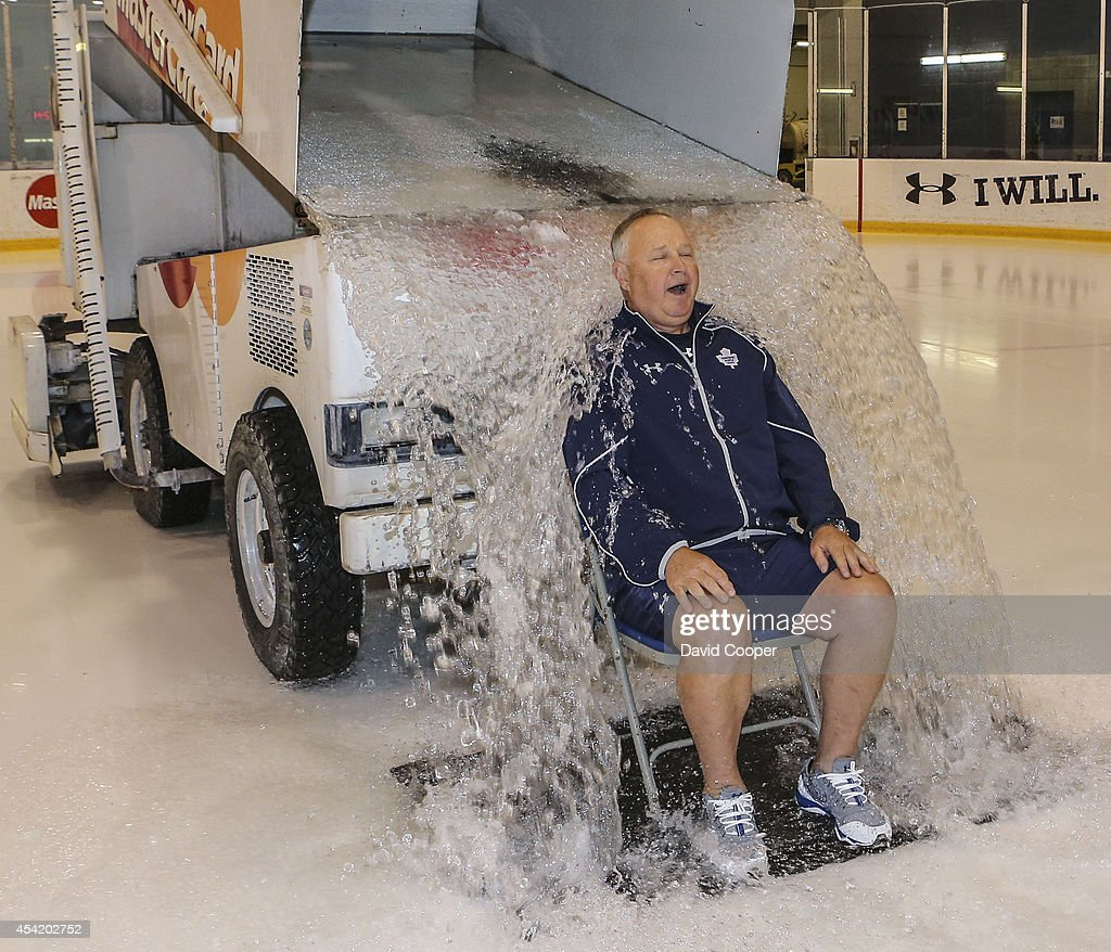 Maple Leafs head coach Randy Carlyle takes the ALS ice bucket challenge : News Photo
