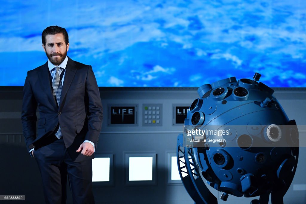 Jake Gyllenhaal attends 'Life' Photo Call on March 13, 2017 in Paris, France.