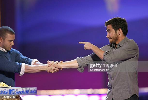 Jake Gyllenhaal winner of Best Kiss for 'Brokeback Mountain' with presenter Justin Timberlake