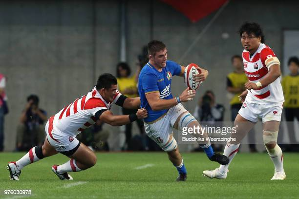 Jake Polledri of Italy makes a break during the rugby international match between Japan and Italy at Noevir Stadium Kobe on June 16 2018 in Kobe...