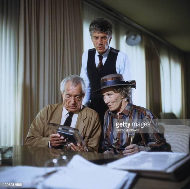 """Jakob und Adele, Fernsehserie, Deutschland 1981 - 1989, Folge: """"Eine sehr persönliche Angelegenheit"""", Darsteller: Carl Heinz Schroth, Matthias..."""
