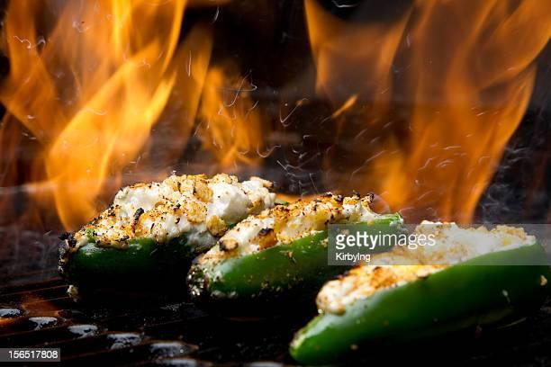 jalapeno mit druckknöpfen am grill und kamin - jalapeno stock-fotos und bilder