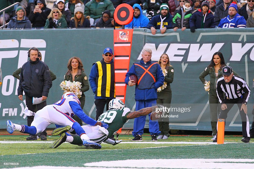 Jalin Marshall #89 of the New York Jets dives for a touchdown during the second half of their game against the Buffalo Bills at MetLife Stadium on January 1, 2017 in East Rutherford, New Jersey.