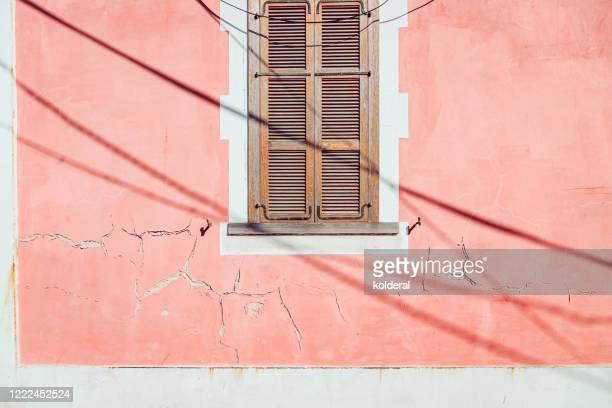 jalousie window on peach weathered wall - mer méditerranée photos et images de collection