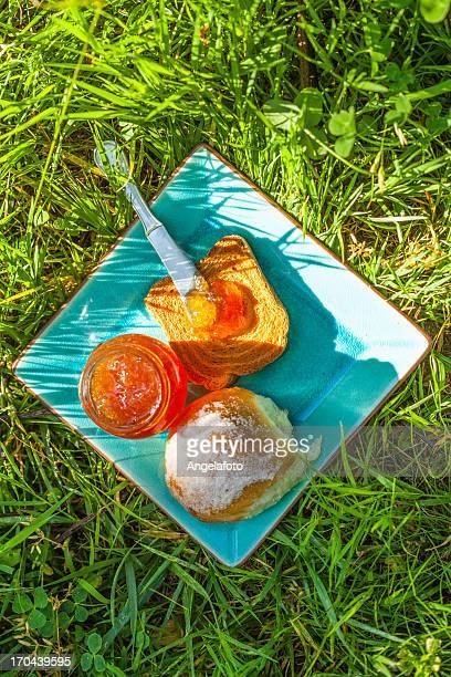 Marmellata e pane sull'erba da sopra