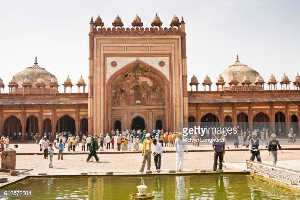 jama masjid mosque and worshippers, fatehpur sikri, near agra, uttar pradesh, india - agra jama masjid mosque stock pictures, royalty-free photos & images