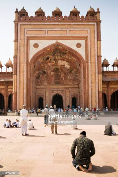 jama masjid mosque and worshippers praying, fatehpur sikri, near agra, uttar pradesh, india - agra jama masjid mosque stockfoto's en -beelden
