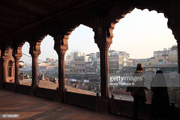 jama masjid mosque with old delhi street - jama masjid delhi stock pictures, royalty-free photos & images