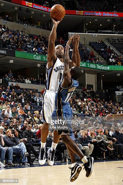 Jamaal Tinsley of the Memphis Grizzlies shoots over Earl Boykins of the Washington Wizards during the game at the FedExForum on December 28, 2009 in...