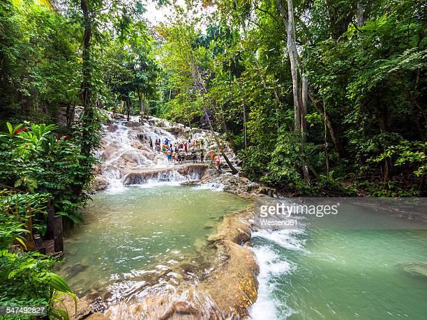 jamaica, ocho rios, tourists bathing in dunn's river - jamaica stockfoto's en -beelden