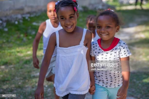 ジャマイカの子供貧しい村の外で遊ぶ