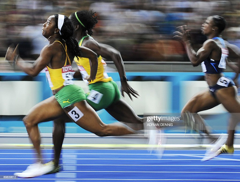 Jamaica's Shelly-Ann Fraser (L) crosses first the finish line of the women's 100m final race of the 2009 IAAF Athletics World Championships on August 17, 2009 in Berlin.