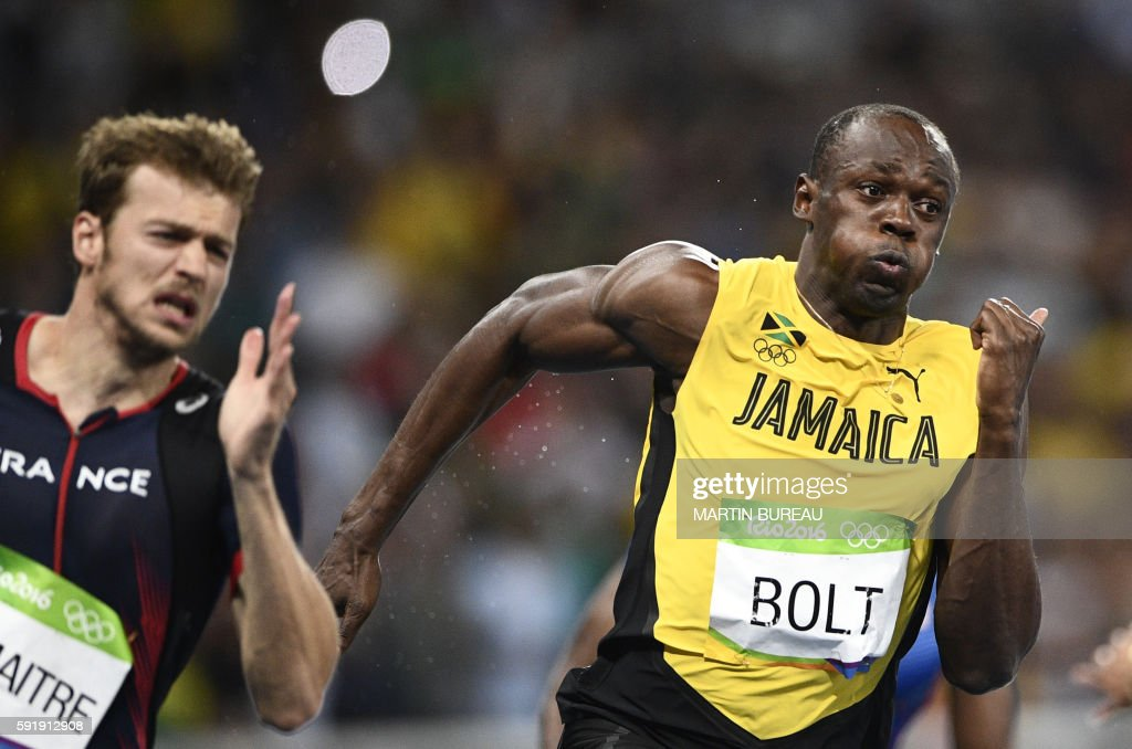 TOPSHOT - Jamaica's Usain Bolt (R) and France's Christophe Lemaitre compete in the Men's 200m Final during the athletics event at the Rio 2016 Olympic Games at the Olympic Stadium in Rio de Janeiro on August 18, 2016. / AFP PHOTO / Martin BUREAU