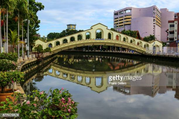 jambatan old bus station (old bus station bridge) in melaka across malacca river, malaysia - frans sellies stockfoto's en -beelden