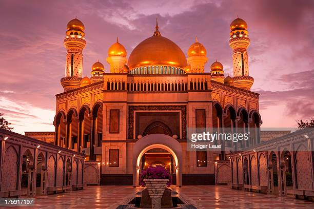jame'asr hassan bolkia mosque at sunset - brunei stock pictures, royalty-free photos & images