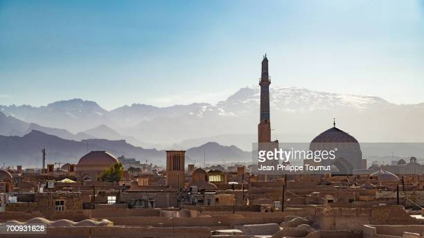 jameh mosque and snowcapped mountains in yazd, iran - iran stock pictures, royalty-free photos & images
