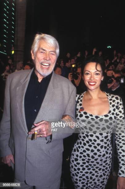 James Coburn et son épouse Paula O'Hara lors d'une soirée Planet Hollywood en mars 1995 à San Diego, Etats-Unis.