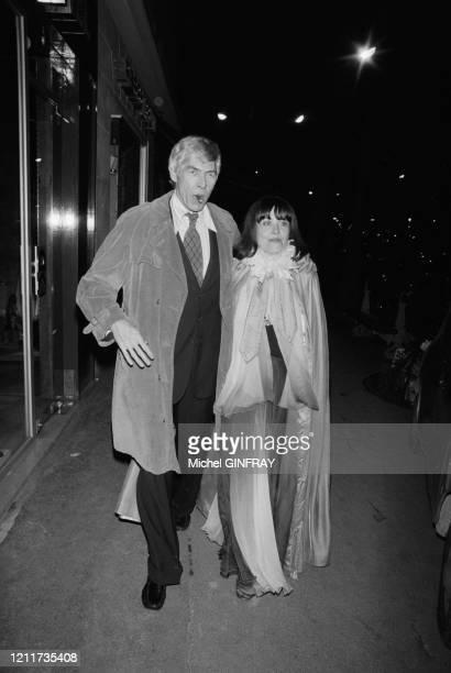 James Coburn et Yanou Collart lors d'une soirée dans la boîte de nuit 'L'Aventute' à Paris le 20 mars 1975, France.