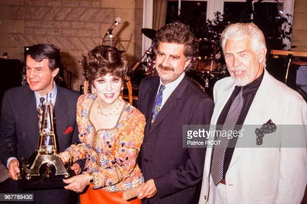 James Coburn Gina Lollobrigida Roland Magdane et Adamo lors d'un tournoi de pétanques à Paris le 26 juin 1991 France