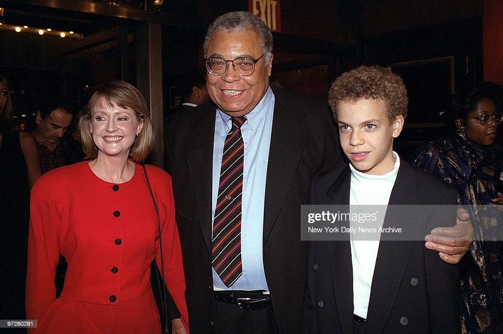 James Earl Jones, his wife Cecilia, and son, Flynn, arrive a : ニュース写真
