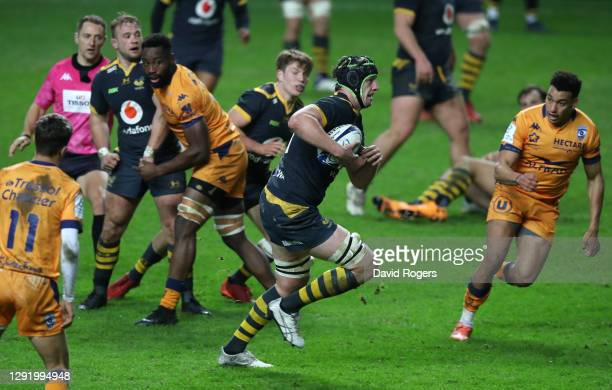 James Gaskell of Wasps breaks away to score the 2nd try during the Heineken Champions Cup Pool 1 match between Wasps and Montpellier at Ricoh Arena...