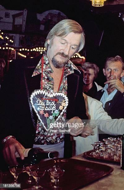 James Last Besucher Konzert in der Heide Deutschland Aufschrift Du bist so süß Gläser Glas Alkohol Flasche eingießen Theke Dirigent Orchesterchef...