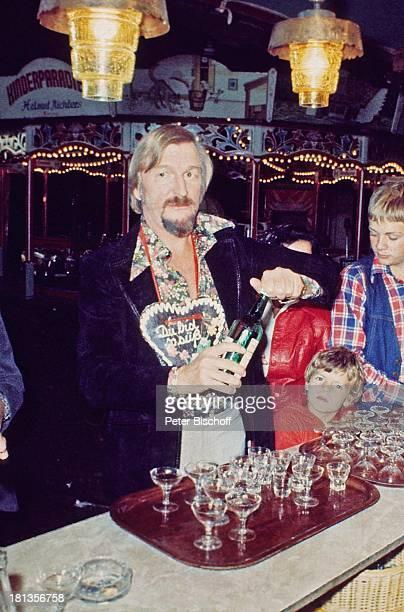 James Last Besucher Konzert in der Heide Deutschland Aufschrift Du bist so süß Gläser Glas Alkohol Flasche eingießen Karussel Theke Dirigent...