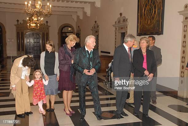 James Last Ehefrau Christine Silke Last mit Tochter Clara Kindermädchen Schwiegermutter Charlotte Grundler Bürgermeister Jens Böhrnsen Verleihung zum...