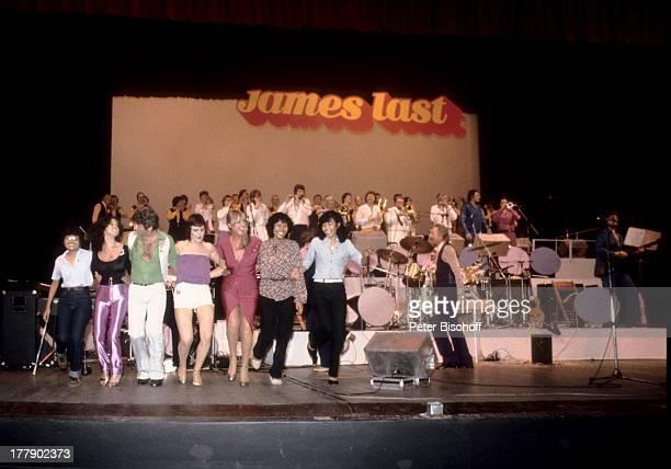 James Last einheimische Fans mit Musikern vom 'James Last Orchester' auf der Bühne Konzert Nationaltheater Singapur OstAsienTournee und nachträgliche...