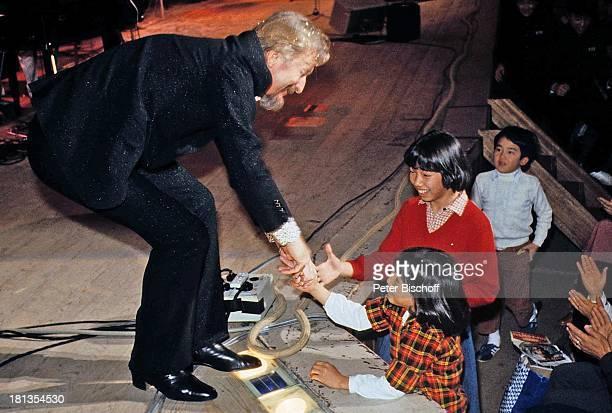 James Last Fans Tournee Osaka Japan Asien Bühne 'Hände schütteln' Dirigent Orchesterchef Komponist BandLeader OH/OH