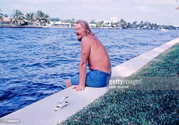 James Last Homestory Fort Lauderdale Florida USA Nordamerika Amerika Garten Gewässer Kanal nackter Oberkörper BermudaShorts Orchesterchef Komponist...